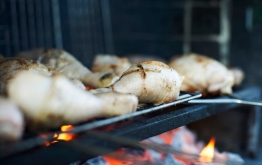 Barbecuing chicken pieces